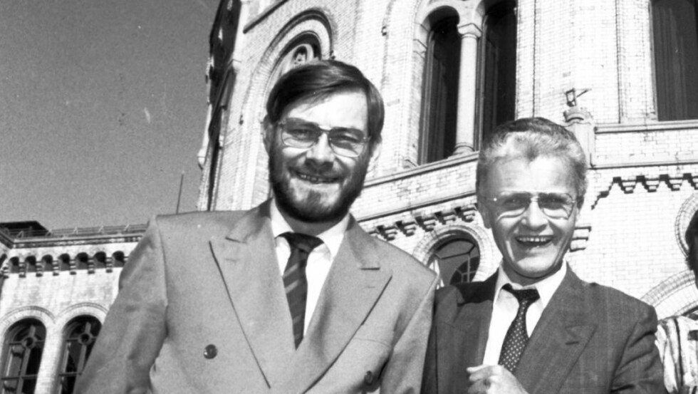 1989 Stortingsrepresentanter som forlater Stortinget etter endt periode.  Arent M. Henriksen, SV, og Einar Førde, AP. Foto: Odd Wentzel/Dagbladet