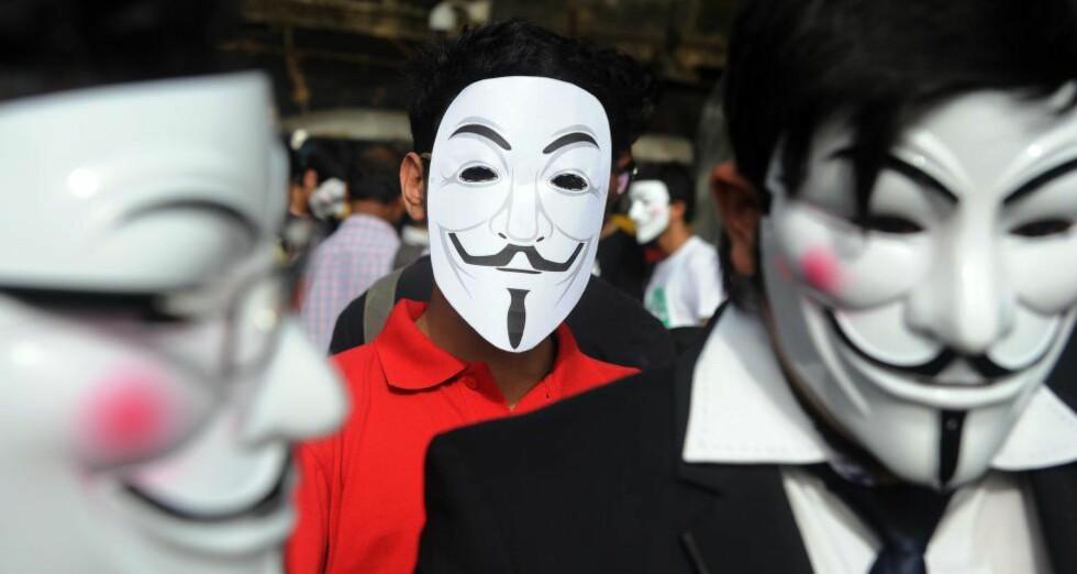 KONTROLL: Man trenger ikke være veldig konspiratorisk for å tenke at denne typen lovendringer er veldig bekvemme for stater som ønsker å kontrollere informasjonsflyten på nettet. Det må kunne regnes som en av de største truslene mot demokratiet i verden i dag. Her aktivister i Mumbai som protesterer som indiske myndigheters stadig strengere kontroll over internett. AFP PHOTO/Indranil MUKHERJEE