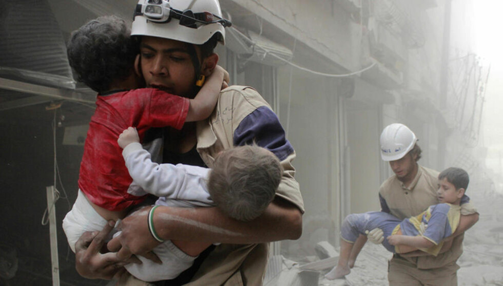 TAPT GENERASJON:  Syriske barn reddes ut av ruinene etter et bombeangrep mot byen Aleppo. Bildet er fra juni 2014. Framtida ser ikke mye lysere ut.  Foto: Reuters / NTB Scanpix
