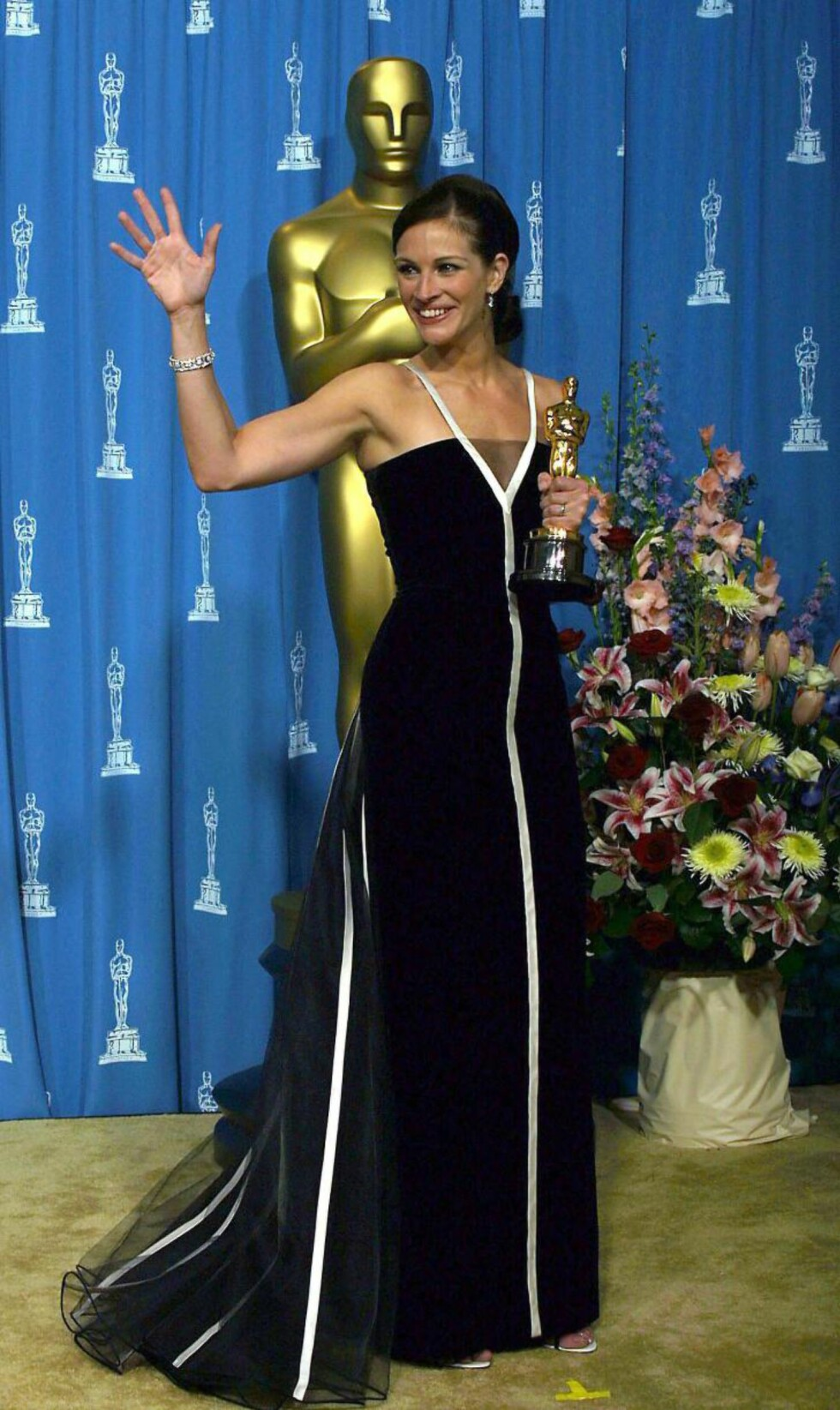 VINTAGE PÅ SCENEN: Julia Roberts vant Oscar for «Erin Brockovich» i en vintagekjole fra Valentino som regnes som en klassiker i Oscar-historien. Foto: Scanpix.