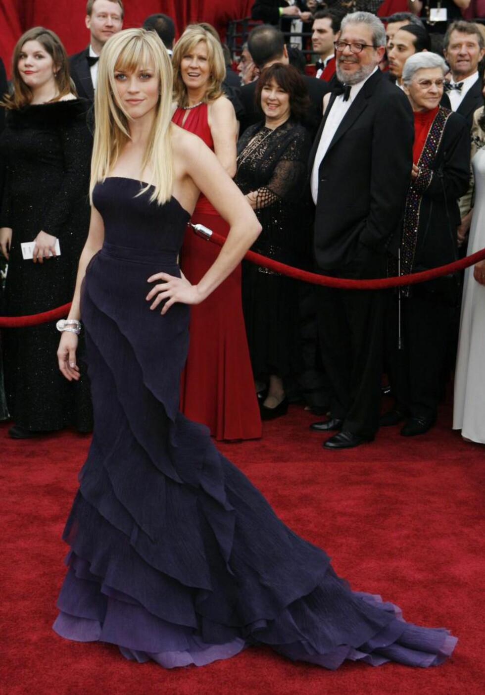 IMAGEENDRING: Nyskilte Reese Witherspoon ankom Oscar-seremonien i 2007 i en lilla Nina Ricci-kole som ble ansett for å være et strategisk valg, som signaliserte at den ofte tekkelige Witherspoon ville vise at hun også kunne spille roller med større innslag av sensualitet. Foto: Scanpix.