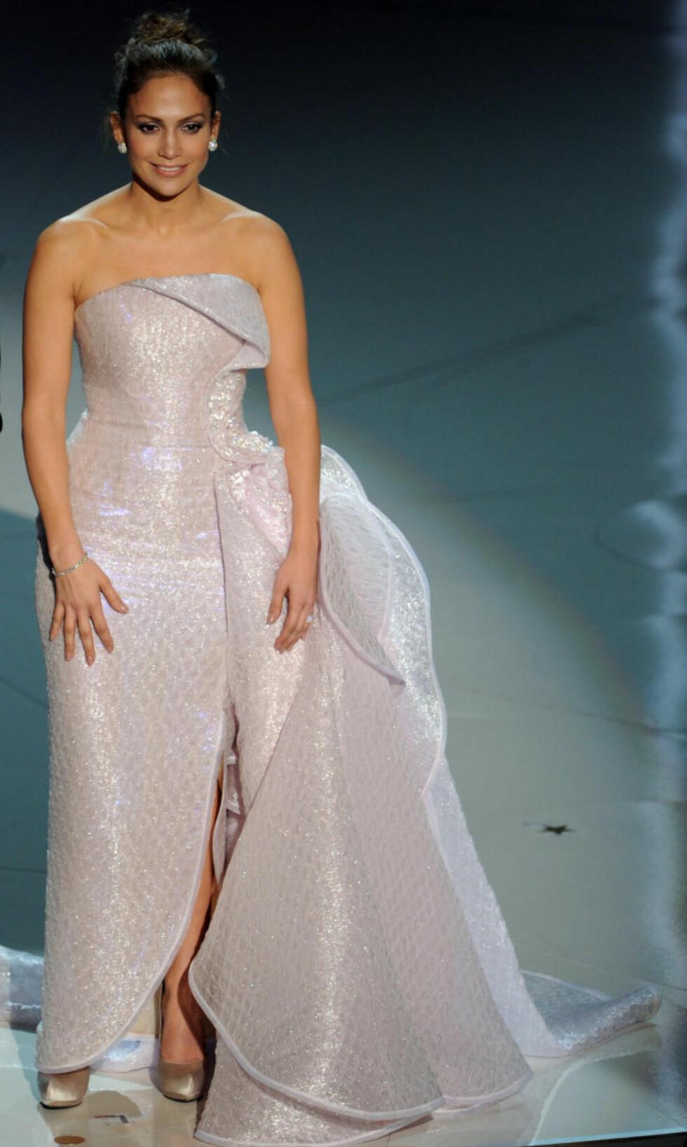 FÅR OPPMERKSOMHET: Jennifer Lopez har aldri vært Oscar-nominert, men kler seg ofte i oppsiktsvekkende kjoler når hun er invitert som prisutdeler, som her, i 2010. Foto: Scanpix.