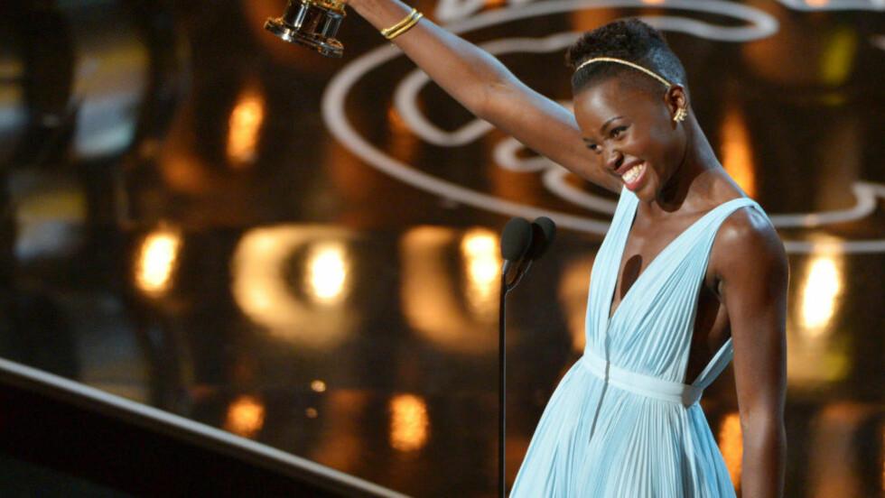 FJORÅRETS YNDLING: Lupita Nyong'o, som vant Oscar i fjor for «12 Years A Slave», gikk fra å være en ukjent skuespiller til å bli et stilikon på grunn av sine oppsiktsvekkende antrekk på den røde løperen. Hun mottok prisen i en spesiallaget Prada-kjole som ble regnet for å være en av kveldens beste. Foto: Scanpix.