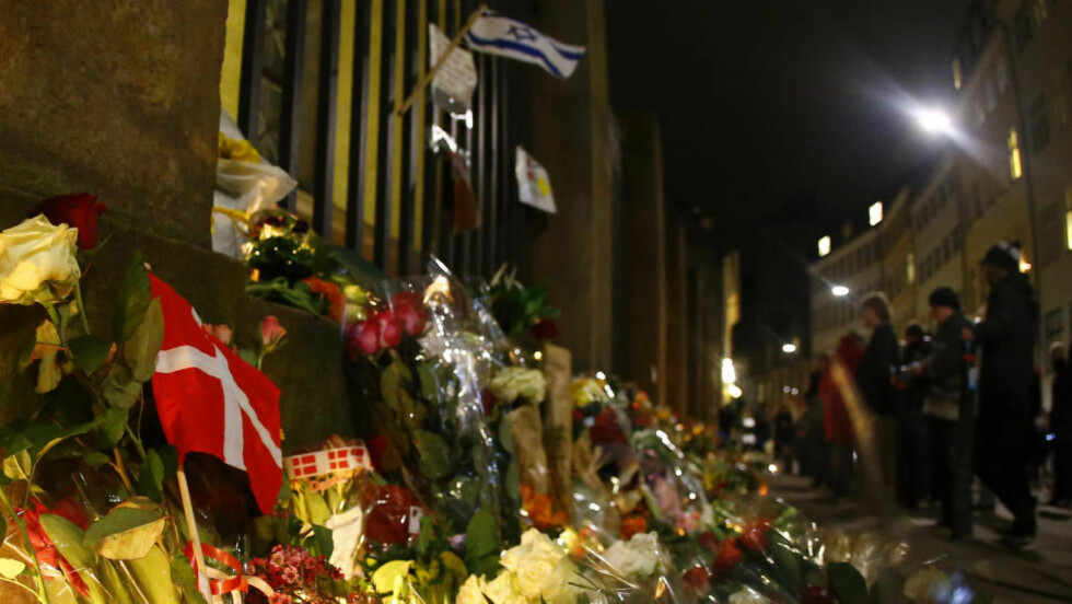 SORG: Danske og israelske flagg markerer gårsdagens minnestund for ofrene etter terroren i København, her foran synagogen i Krystalgade. Det kunne like gjerne skjedd her, skriver artikkelforfatteren. Foto: REUTERS/Leonhard Foeger