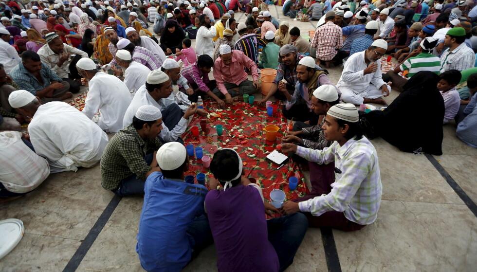 FELLESSKAP: Muslimer i India bryter fasten med kveldsmåltidet. Foto: REUTERS/Amit Dave