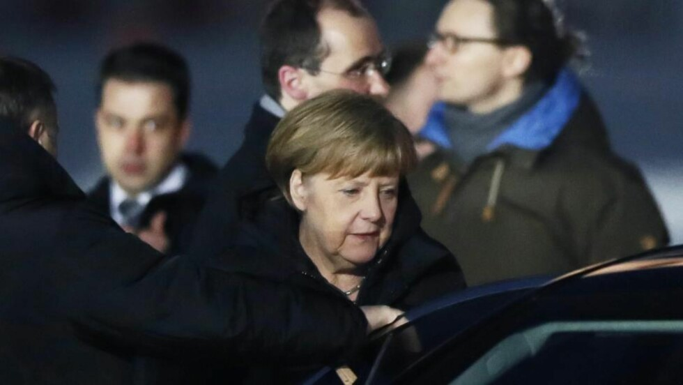 KLAR: Tysklands forbundskansler Angela Merkel kom til Moskva i ettermiddag. Sammen med Frankrikes president Francois Hollande møter hun Vladimir Putin i kveld.  EPA/YURI KOCHETKOV Scanpix