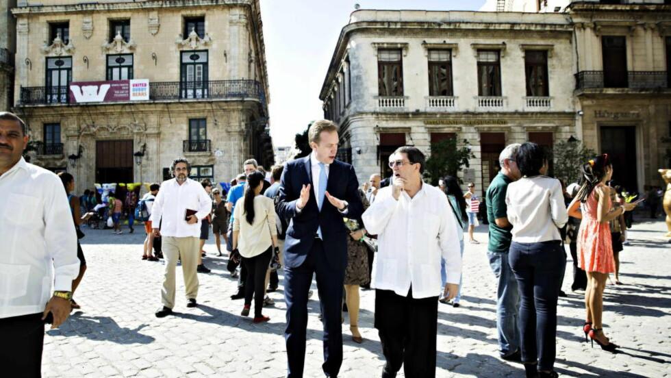HISTORISK:  Børge Brende er første norske utenriksminister på Cuba. Her i samtale med Cubas utenriksminister Bruno Roderigues i sentrum av Havana. Foto: Nina Hansen / Dagbladet