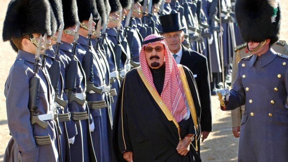 DESPOT: Dette bildet fra 2007 viser kong Abdullah av Saudi-Arabia inspisere Æresgarden med britenes prins Philip under et statsbesøk. Kongen døde 23. januar i år. AFP Photo/FIONA HANSON/POOL
