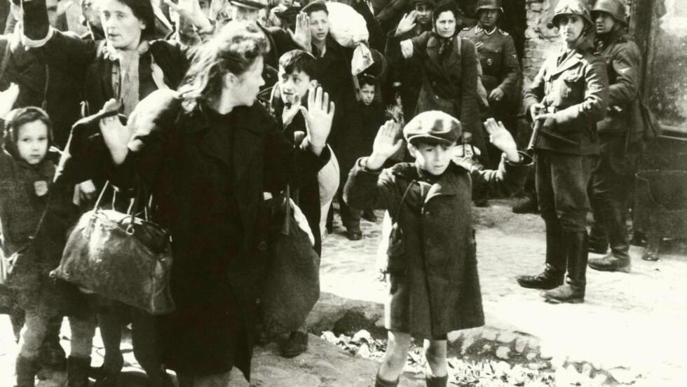 Josef Blösche  (med maskinspistolen til høyre i bildet) var en enkel gutt fra landsbyen Friedland i Sudetenland. Under andre verdenskrig ble han en brutal morder som spredte frykt i jødiske ghettoer.