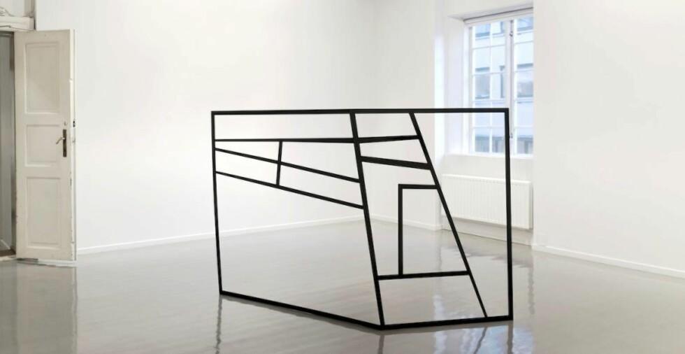 VINKELRETT: Marie Buskov knytter an til en streng tradisjon med sine stålskulpturer på Oslo Kunstforening. Skulpturene hennes er del av en utforskning av klassiske formalistiske temaer som rom, skala, rytme, repetisjon, spenning og balanse. Foto: Christina Leithe Hansen