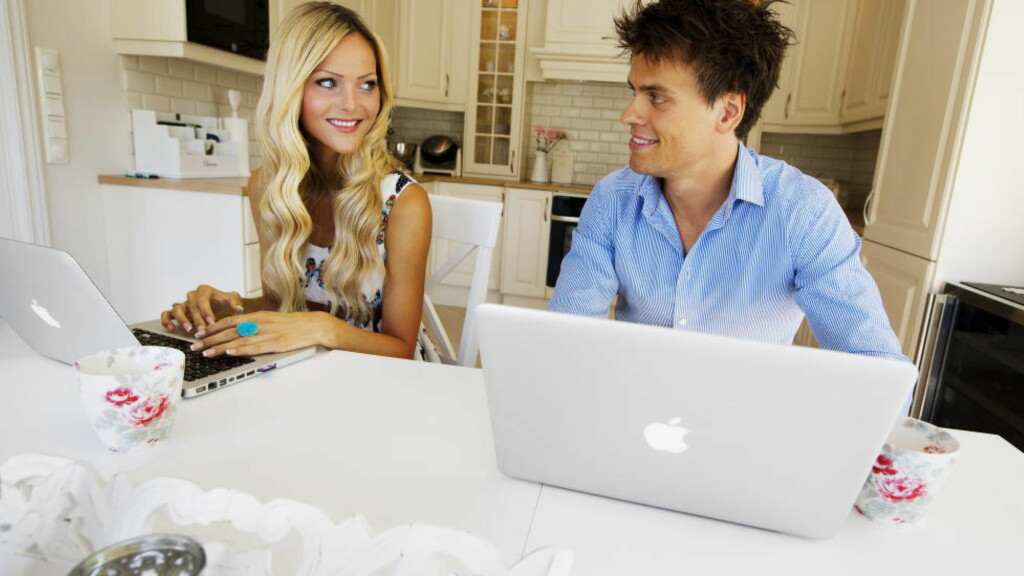 FAMILIEIDYLL: Caroline Berg Eriksen og ektemannen Lars-Kristian ved kjøkkenbordet hjemme. Foto: Nina Ruud