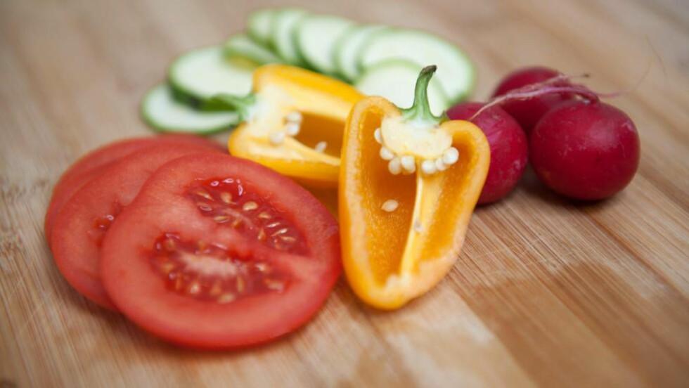 Kostreform vektlegger  animalsk mat, naturlige fettkilder samt frukt, grønnsaker og bær i sitt karbohydratreduserte kosthold og angriper de de kaller en «fettfobi» hos norske helsemyndigheter.