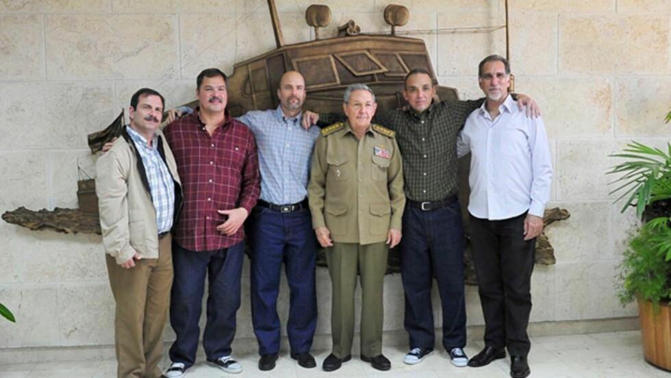 """Cubas president Raul Castro (i midten) ønsket de fem Cubanske agentene, som har sittet fengslet i USA siden 1998, velkommen hjem i går. Foto:  """"AFP PHOTO / Estudios Revolucion"""""""
