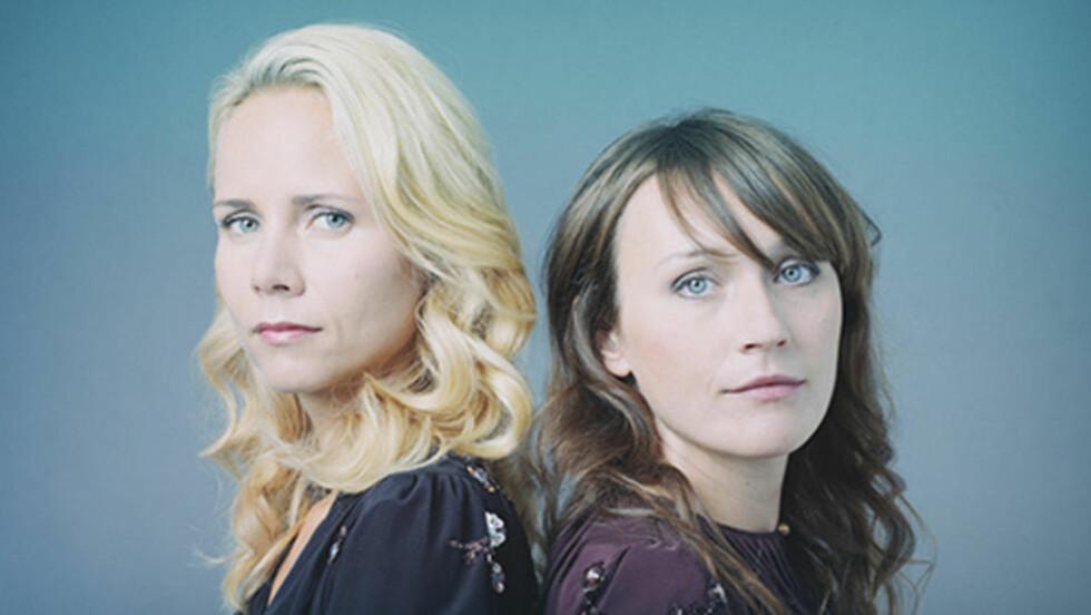 KRITIKK: Charlotte Qvale (t.v.) og Marthe Wulff har fått kritikk for sin psykososiale julelåt «Vi feirer jul». Foto: Universal Music