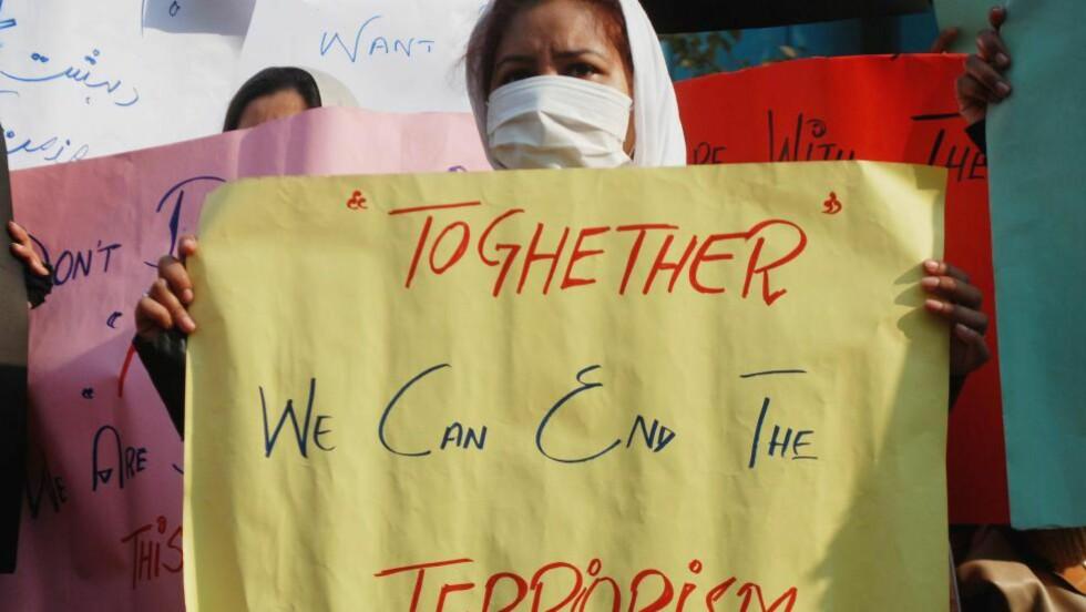Sammen mot terror:  Over hele verden markerer mennesker sin motstand mot terroren som rammet Pakistan. Foto:  KHURAM PARVEZ/Reuters