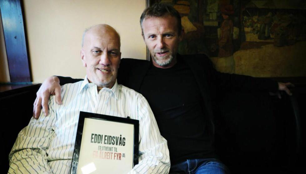 STOLT EDDIE:  Jo Nesbø sammen med årets Ålreite fyr, Eddie Eidsvåg, som jobber med Pøbelprosjektet som sørger for at ungdommer får muligheter til å komme seg ut av rus og vold. Foto: Tom Stalsberg