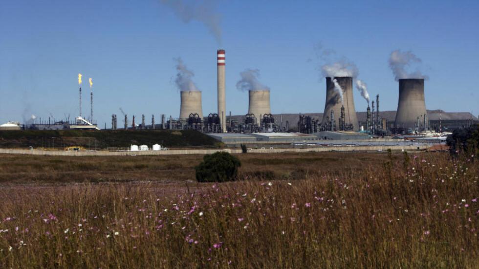 Oljefondet eier aksjer i Bedriften SASOL Secunda i Sør-Afrika som produserer syntetisk olje, bensin, diesel og en rekke andre kjemiske produkter fra kull. Anlegget regnes som en versting når det gjelder klimautslipp. Foto: Cornelius Poppe / SCANPIX