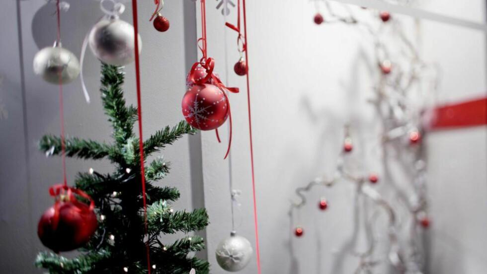 JULEHANDEL:  Butikkvinduet til et julepyntet kjøpesenter i Grensen i Oslo. Foto: Stian Lysberg Solum / Scanpix