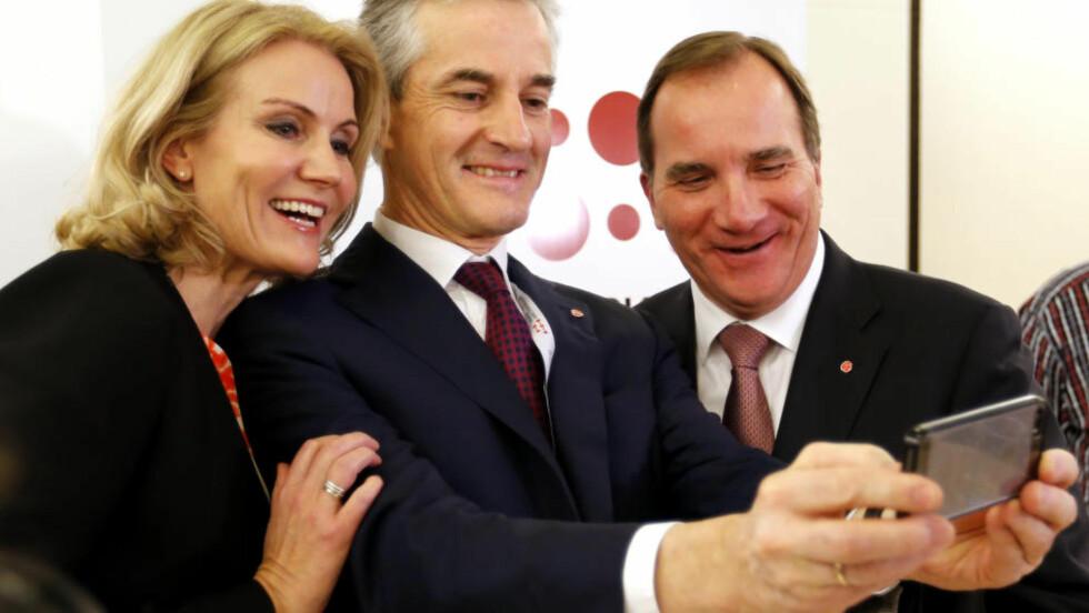 SELVBILDER:  Helle Thorning-Schmidt, Jonas Gahr Støre og Stefan Lôfven tok en sosialdemokratisk selfie sammen på Sørmarka nylig, men i asylpolitikken er de splittet. Foto: Lise Åserud / NTB scanpix