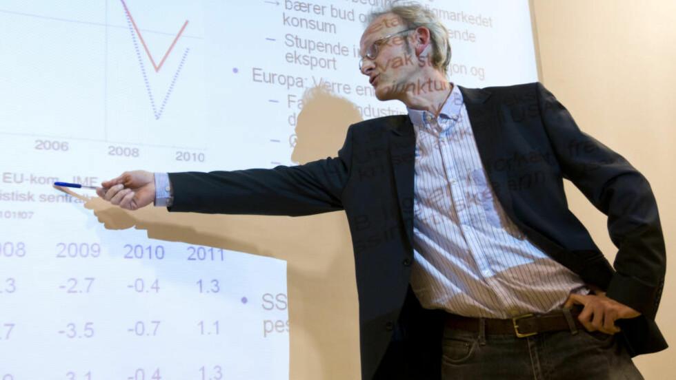 KONJUNKTURER: Forsker i Statistisk sentralbyrå,Torbjørn Eika, presenterte torsdag på en pressekonferanse i Oslo et økonomisk utsyn over året 2008 og perspektivene framover. Foto: Bjørn Sigurdsøn / SCANPIX