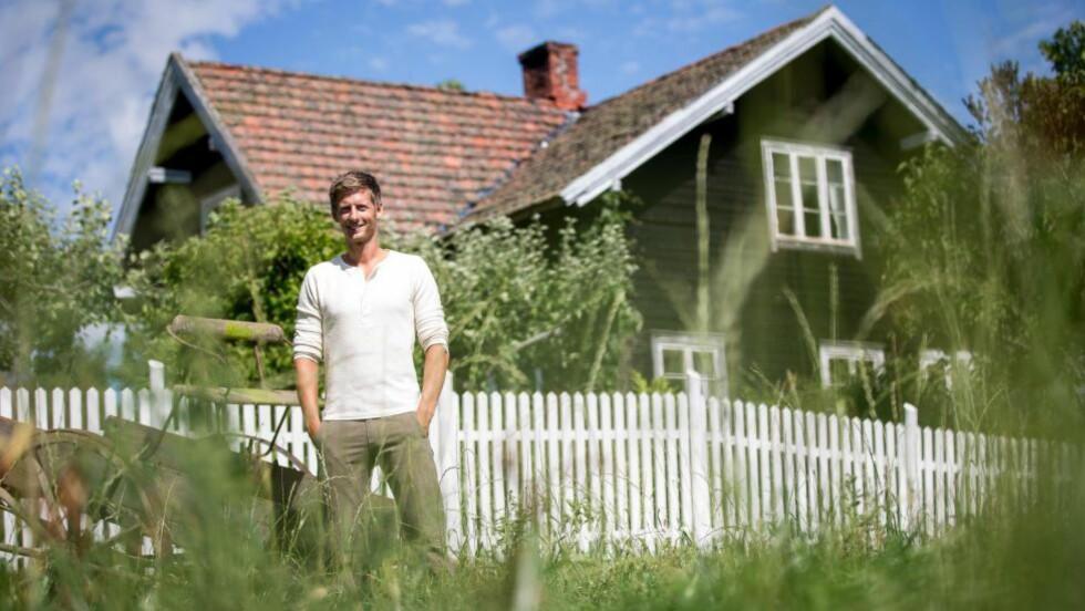 FARMEN 2014 : Årets sesong satte rekord i antall seere., kan engasjementet være en stille protest mot nedleggelse av bygda? Her er programleder Gaute Grøtta Grav utenfor Li gård hvor årets «Farmen» ble innspilt.