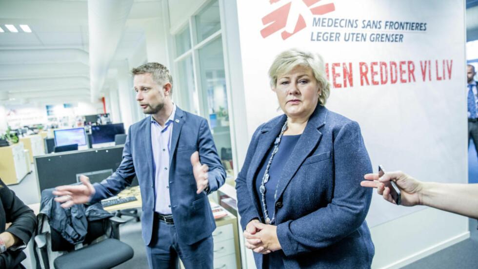 PAKKEFORLØP: Statsminister Erna Solberg og helseminister Bent Høie har nå fått et nytt verktøy som skal bedre kreftbehandlingen. Foto: Stian Lysberg Solum / NTB scanpix