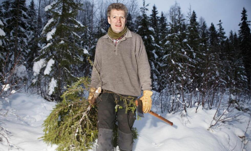 ELVERUM: Snart er det jul, og Lars Mytting drar til skogs for å hogge årets gran. Nå blir gudbrandsdølen solgt i bøtter og spann og oversatt til all verdens språk. For 25 år siden var han en fremadstormende frilansjournalist i hillbillyland. Foto: Anders Grønneberg