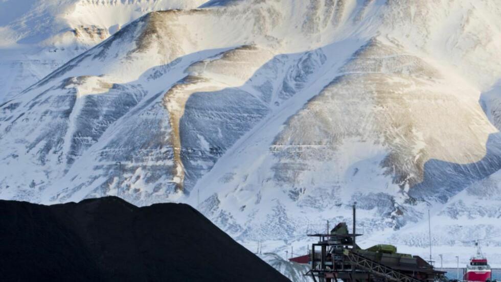 SVALBARD: Kulldeponi i Longyearbyen, Svalbard. Regnskapstallene er røde. Kullprisene lave. Langtidsutsiktene dystre. Foto: Berit Roald / NTB Scanpix