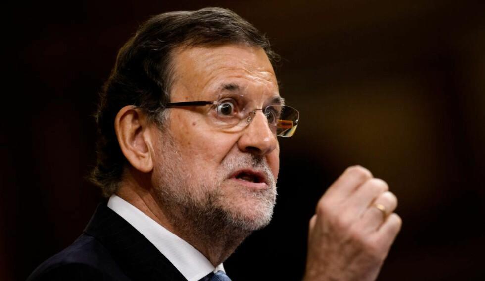 I HARDT VÆR:  Statsminister Mariano Rajoy la torsdag fram et forslag til lov i Deputertkongressen om å stramme inn regnskapsreglene for de politiske partiene, et tiltak for å bekjempe den utbredte korrupsjonen i det politiske livet som er avslørt. Kvelden før hadde han vært nødt til å sparke helseministeren, som var i ferd med å ødelegge hans budskap. Foto: AFP / Scanpix / DANI POZO