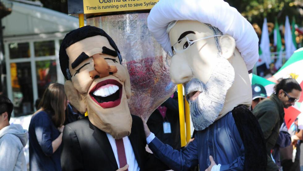 ET LEKEMØTE: USAs president Barack Obama og Irans president Hassan Rohani har aldri møttes. Likevel er en atomavtale om Iran Obamas siste sjanse til å få en viktig utenrikspolitisk triumf. Her er de to i dukkeformat utenfor FN-byggningen i fjor. (Jonathan Fickies/AP Images for Avaaz) Scanpix