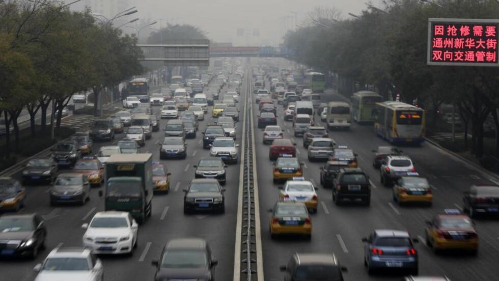 ENDRER KLIMAET: Hvor mange sykler det er i Beijing er usikkert, men det er mer enn fem millioner biler. Og de er med blant klimafiendtlige utslipp. Foto: Andy Wong / AP / NTB Scanpix