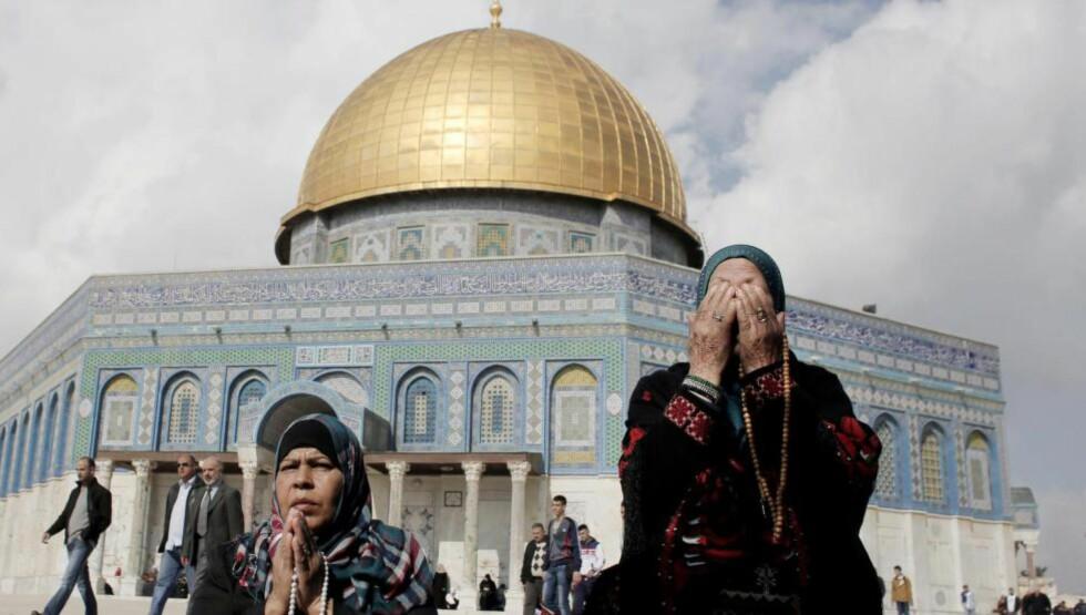 JERUSALEM:  Titusener av muslimer ba ved Al-Aqsa-moskeen fredag etter at israelerne lettet på restriksjonene. Foto: Ahmad Gharabli / AFP / NTB Scanpix