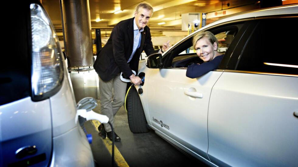 HYBRIDBUDSJETT:  Jonas Gahrr Støre  og Marianne Martinsen frir til Venstre i Ap's budsjettforslag. De foreslår avgiftslette på hybridbiler. Foto: Nina Hansen / Dagbladet