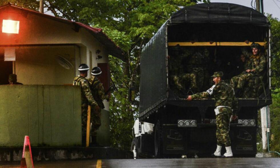KRISE: Kolombianske soldater rykker inn i Quibdo i fylket Chocó, hvor en general og to medarbeidere ble tatt til fange søndag, antakelig av FARC-geriljaen. President Juan Manuel Santos har lagt fredsforhandlingene på is inntil det er avklart hva som har skjedd. Foto: AFP / Scanpix / Andres Mosquera