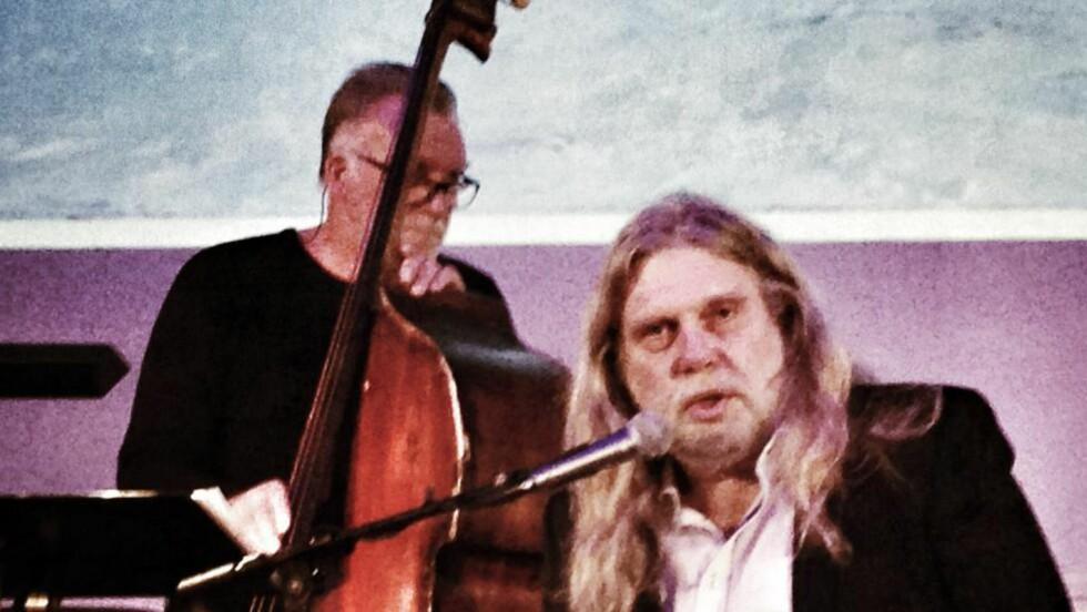 """POLARLIVET:  Arne O. Holm og bassist Bjørn Alterhaug med forestillingen """"Det arktiske mennesket"""" i Bodø i forrige uke. Framifrå. Foto: Tom Stalsberg"""