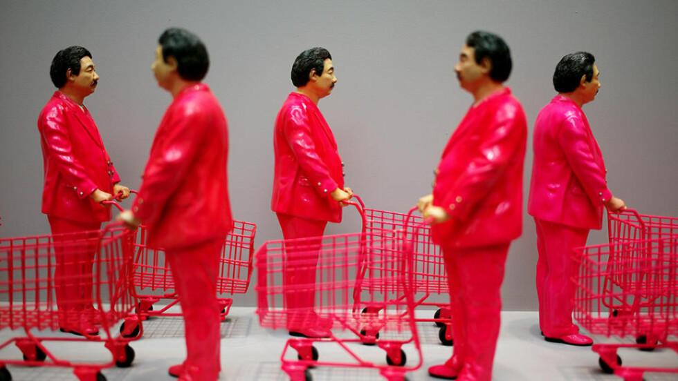 TIDSÅND: Alt bør kunne konsumeres. Denne skulpturen er laget av Manit Sriwanichpoom fra Thailand og har tittelen «Pink Man: Icon of Consumerism». Foto: AP / NTB Scanpix