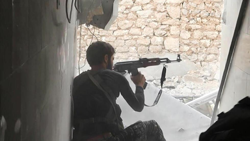 IS: Et udatert bilde av en IS-kriger sluppet 4. november av Raqqua, IS' mediebyrå. Lars Akerhaug spør hvorfor vi tillater rekruttering av unge muslimer til Syria.  Foto: AP Photo/Raqqa Media Office / NTB Scanpix