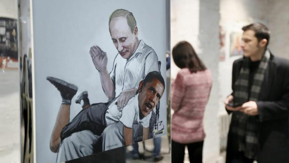 ET ØNSKEBILDE:  Fra utstillingen med karikaturtegninger, Uten filter, i Moskva denne uka. Mange i Russland vil gi Vesten juling. EPA/YURI KOCHETKOV Scanpix