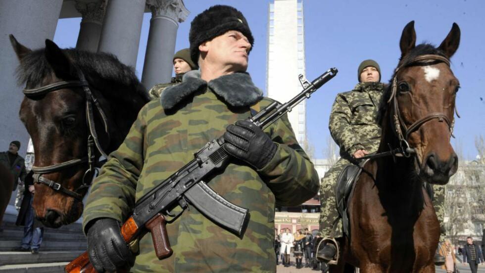 PÅ RAMME ALVOR: En æresvakt passer på innsettelsesseremonien av den nye lederen for de opprørekontrollerte delene av Donetsk, Aleksandr Zakharsjenko, tirsdag. AFP PHOTO/ ALEXANDER KHUDOTEPLY Scanpix