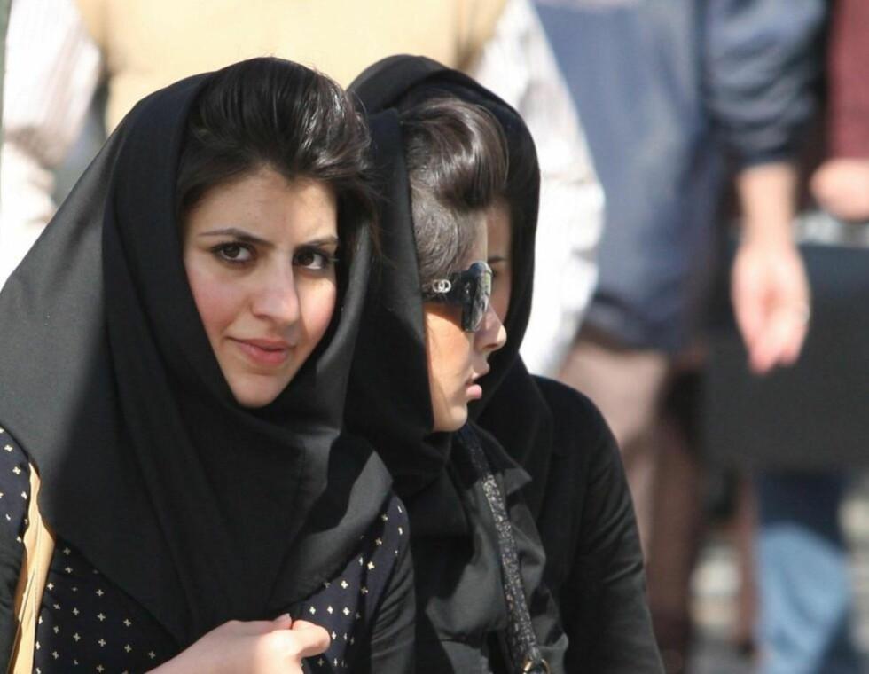 PROTEST: Iranske kvinner har funnet innovative måter å protestere mot det strenge presteregimets «moralpoliti».   Foto: Atta Kenare / AFP