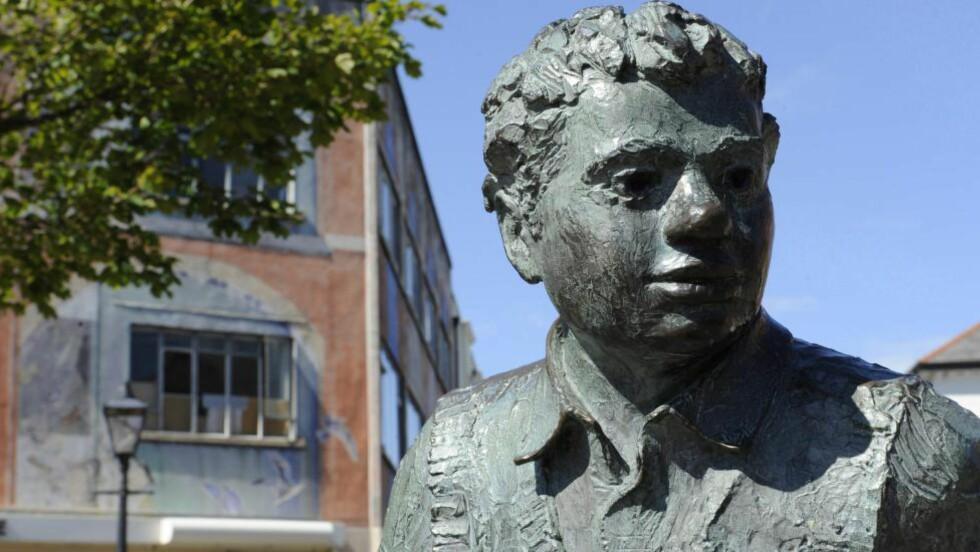 JUBILEUM: På havna i Swansea i Wales står denne statuen av Dylan Thomas. Over hele landet feires hundre års jubileet for dikterens fødsel med forskjellige festivaler og arrangementer. Foto: Scanpix/Dagbladet