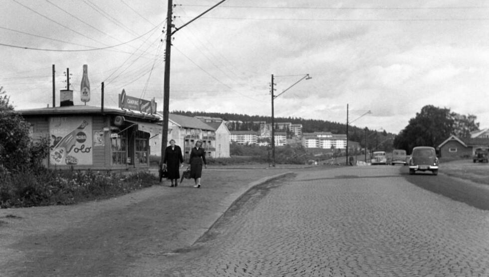 FØR: Bildet fra 1956 ble tatt i forbindelse med vedtaket om utvidelse av Trondheimsveien ved Bjerke. Slik var toppen av Bjerke-krysset i retning nord den gang. Behovet for større kapasitet var klart, brosteinen måtte bort. Foto: NTB / Scanpix