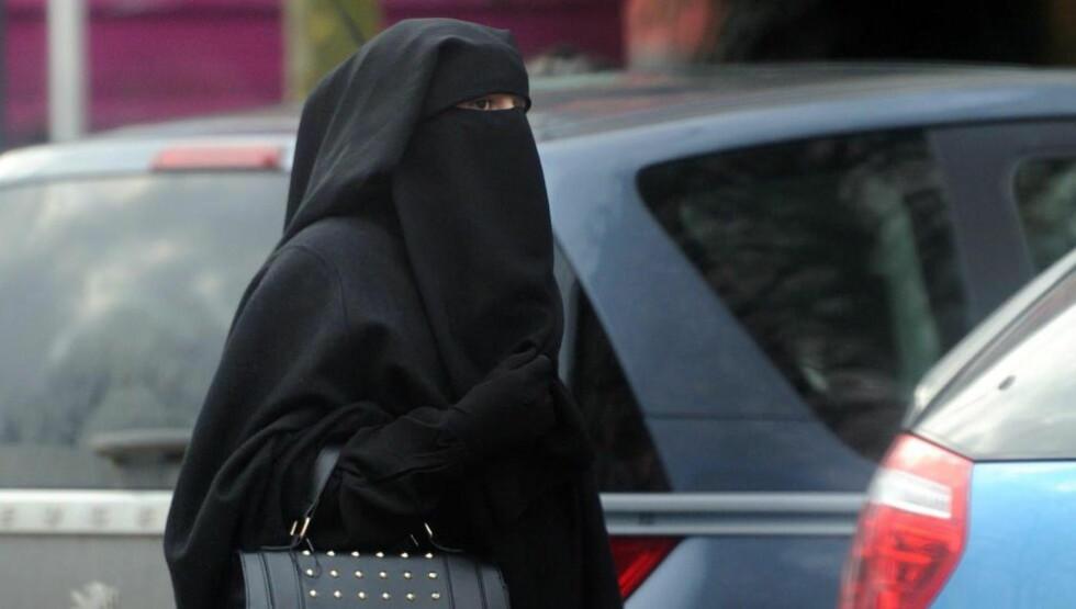 UGLESETT: Tilslørt kvinne i den franske byen Roubaix. Frankrikes kontroversielle forbud mot tilsløring har fått medhold i den europeiske menneskerettighetsdomstolen. Foto: AFP / NTB Scanpix