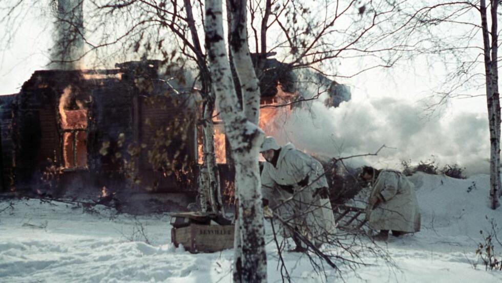 KATASTROFE:  Wehrmacht brenner et hus. Da tyskerne trakk seg tilbake fra Øst-Finnmarks høsten 1944, brente de hjemmene og ødela levekårene for mer enn 70.000 mennesker.   Foto:William Hakvaag/Lofoten Krigsminnemuseum