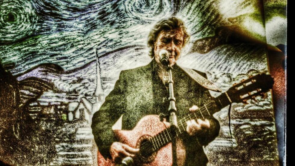 STJERNENATT:  Benny Borg avrundet pressetreffet under lanseringen av «Vincent van Gogh: Å skrive livet» ved å framføre Don McLeans «Vincent». Borg har lest alle kunstnerens brev . Foto: Tom Stalsberg