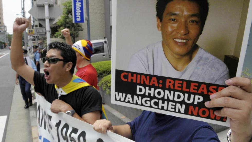 LØSLATT: Demonstranter aksjonerer for den fengslede tibetanske videokativistenr Dhondup Wangchen som ble fengsler i Kina i 2008. I juni i år ble han løslatt. Nå får han en pris av Oslo Freedom Forum. Foto:  AFP / NTB Scanpix