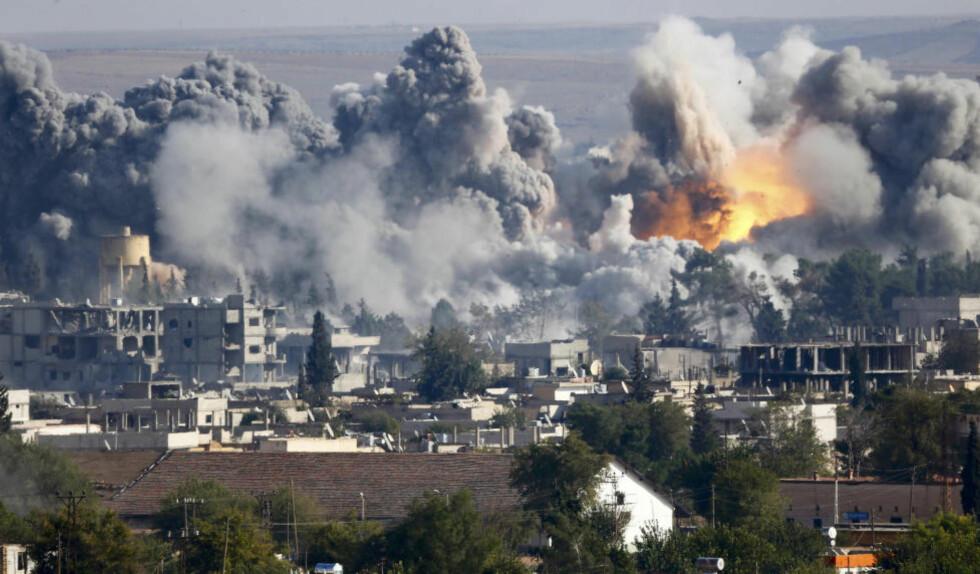 OMSIDER HJELP: Røyken stiger etter et luftangrep mot styrkene til IS ved Kobani lørdag. Nå slipper USA ned våpen, ammunisjon og medisiner til de kurdiske styrkene som forsvarer byen mot IS. Foto: REUTERS / Scaqnpix / Kai Pfaffenbach