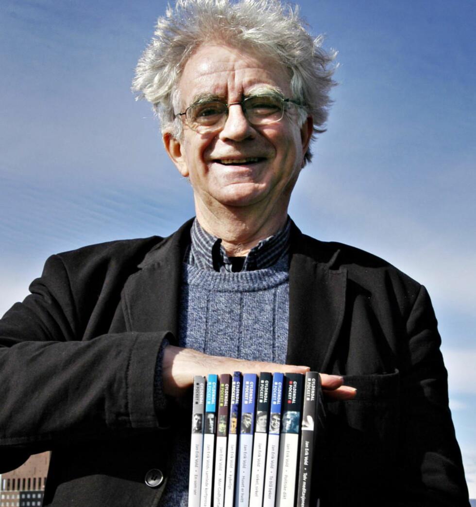 NESTEN EN KILO: Jan Erik Vold fotografert i 2005, med sine hittil samlede dikt i pocket. De veide rundt 970 gram. I dag runder poeten 75 år. Foto: Truls Brekke/Dagbladet