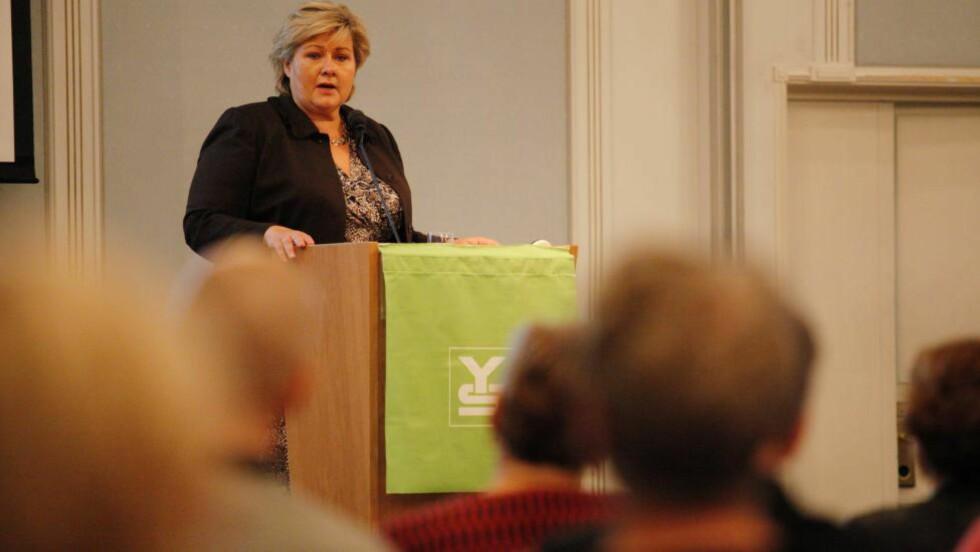 TALER ELLER LYTTER?: Statsminister Erna Solberg taler til en del av arbeidstakernes tillitsvalgte under YS konferansen.Foto: Torstein Bøe / NTB scanpix