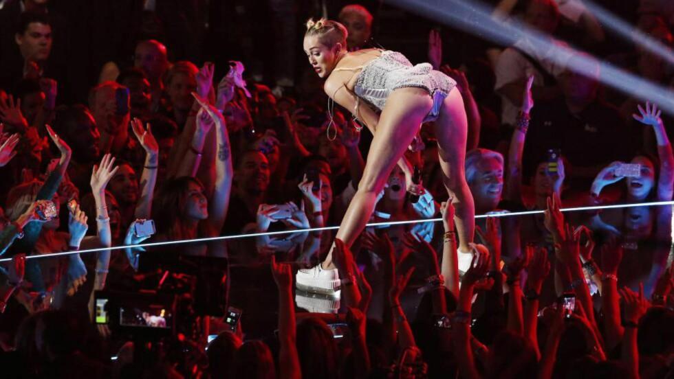 RISTET AV EN GRUNN:  Da Miley Cyrus ristet på rumpa i 2013 var det en historie bak. Den tidligere barnestjerna ønsket å distansere seg fra Disney Channels «Hannah Montana». Foro: Ruters / NTB Scanpix